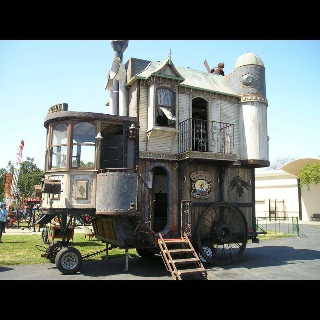 Самые необычные дома на колёсах