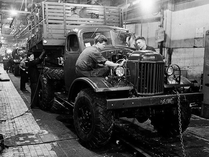 1959 год. На сборочном конвейере ЗИЛ-157